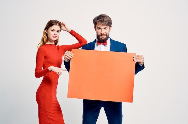 Vrolijke man en vrouw presentatie korting reclameposter