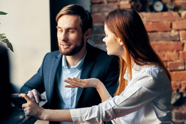 Vrolijke man en vrouw werken collega's socialiseren in café levensstijl