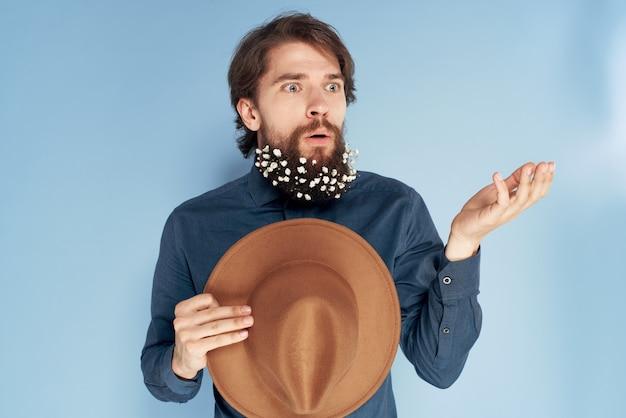 Vrolijke man hoed in de hand baard met bloemen emoties blauw