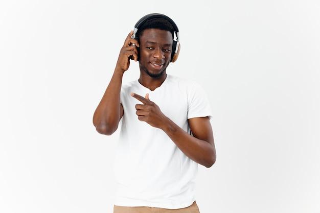 Vrolijke man in draadloze hoofdtelefoons muziekliefhebber entertainment geïsoleerde achtergrond