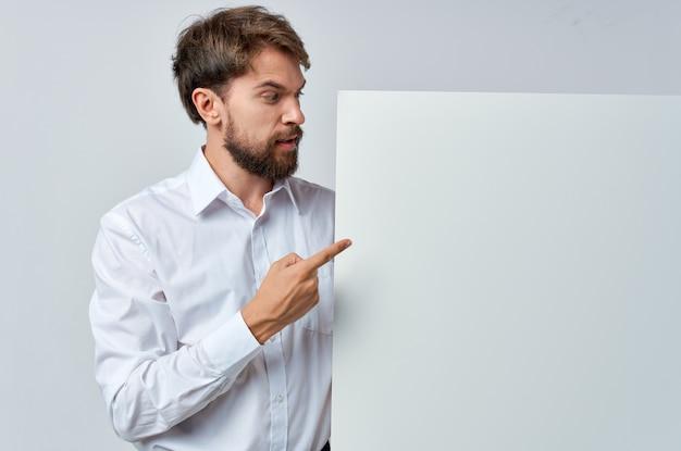Vrolijke man in een witte t-shirt mocap poster korting reclame geïsoleerde achtergrond