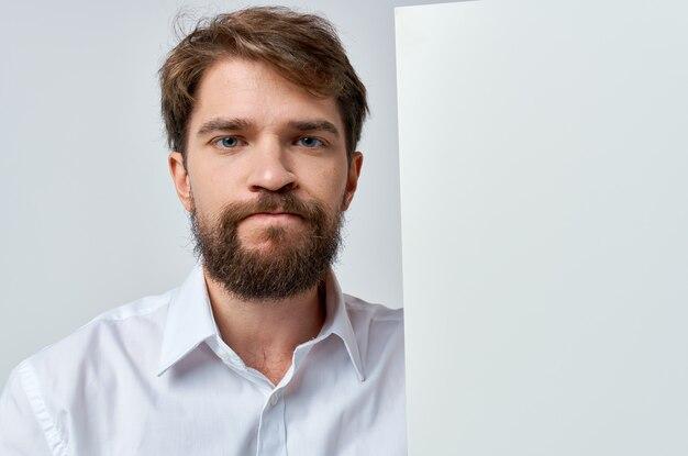 Vrolijke man in een witte t-shirt mocap poster korting reclame witte achtergrond