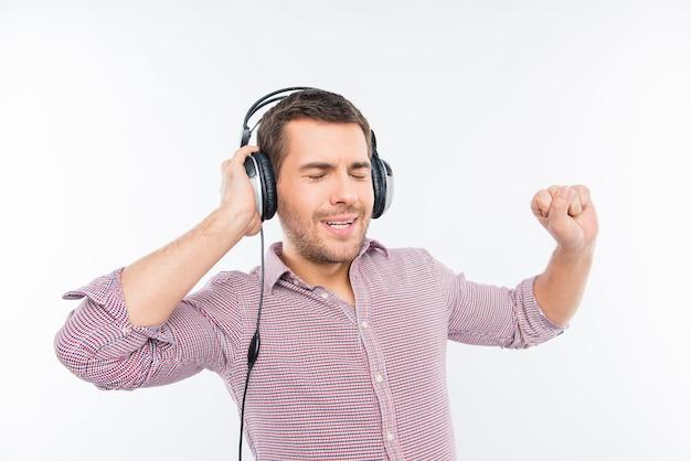 Vrolijke man in koptelefoon luisteren naar muziek