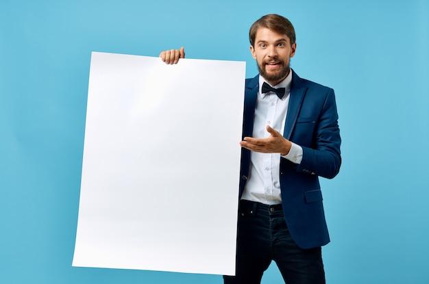 Vrolijke man in pak witte mocap poster korting reclame copyspace studio