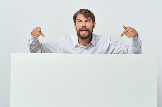 Vrolijke man in pak witte mocap poster korting reclame geïsoleerde achtergrond