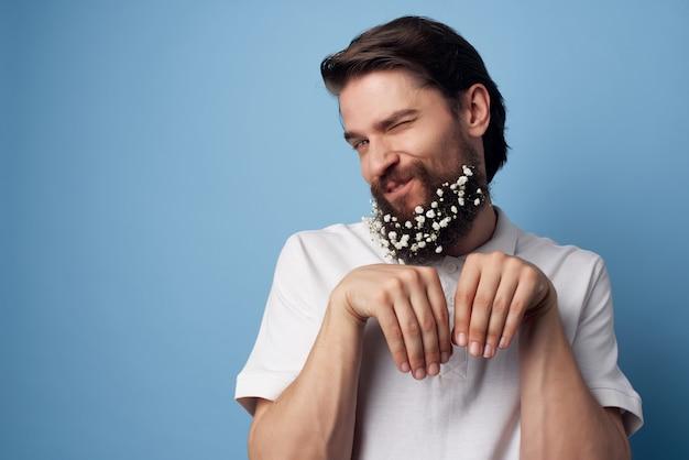 Vrolijke man in shirt bloemen in baard decoratie natuur levensstijl