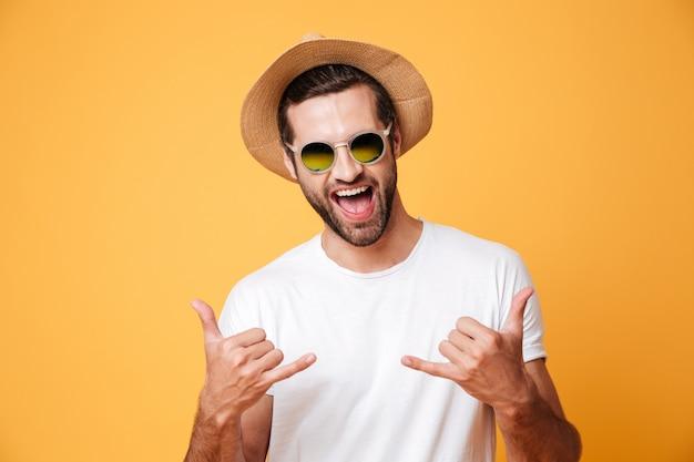 Vrolijke man in zomer hoed op zoek camera