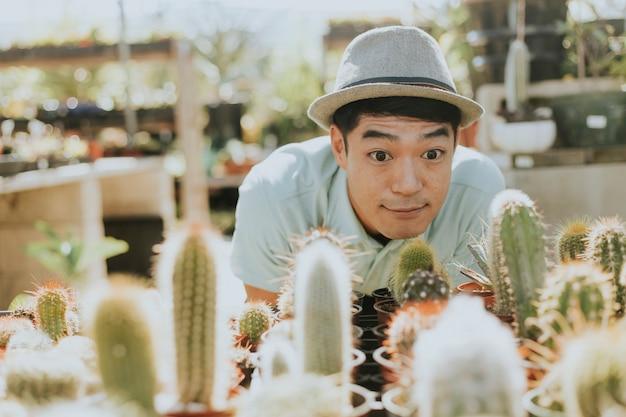 Vrolijke man koopt een cactus