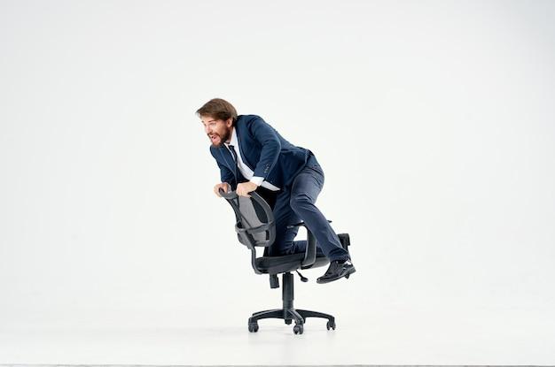 Vrolijke man ligt in een entertainmentstoel