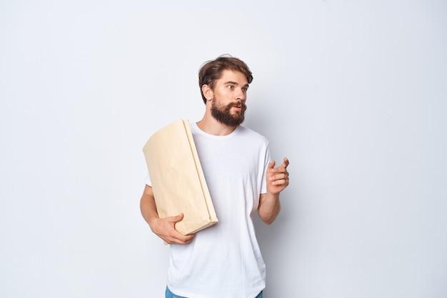 Vrolijke man met baard papieren ambachtelijke tas verpakking winkelen