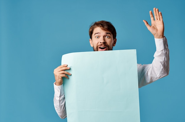 Vrolijke man met blauwe mockup poster teken kopie-ruimte close-up. hoge kwaliteit foto