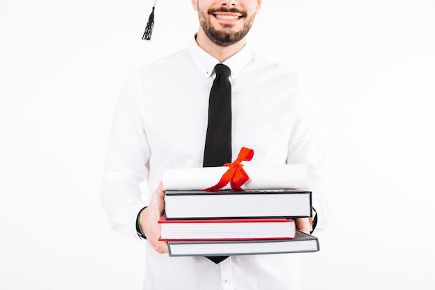 Vrolijke man met diploma en boeken