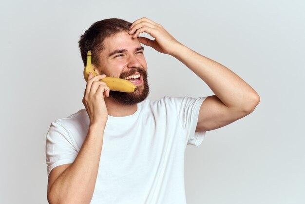 Vrolijke man met een banaan in zijn handen op een licht