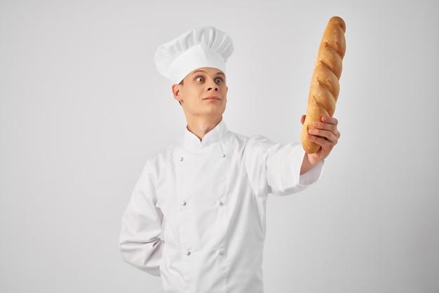 Vrolijke man met een brood in de handen van een professionele snack vers voedsel