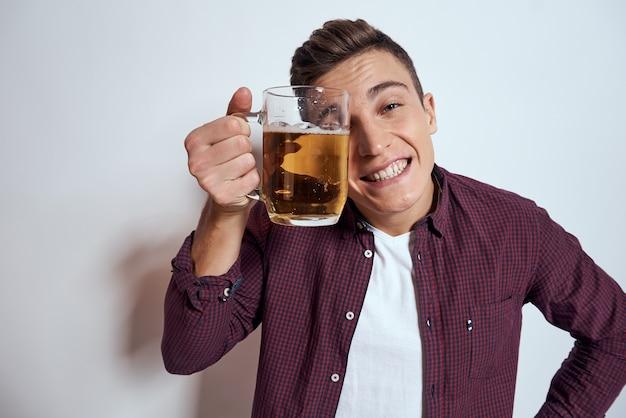 Vrolijke man met mok bier alcohol emoties licht