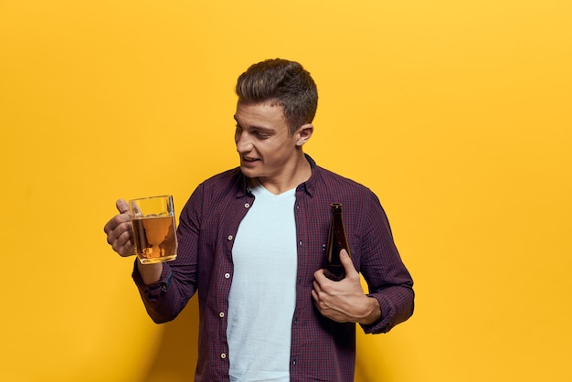 Vrolijke man met mok bier dronken geïsoleerd