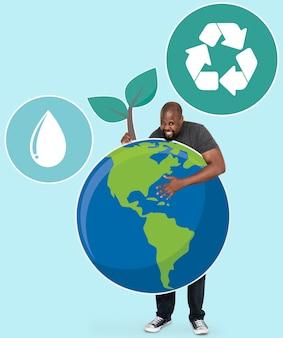 Vrolijke man met symbolen voor het behoud van het milieu