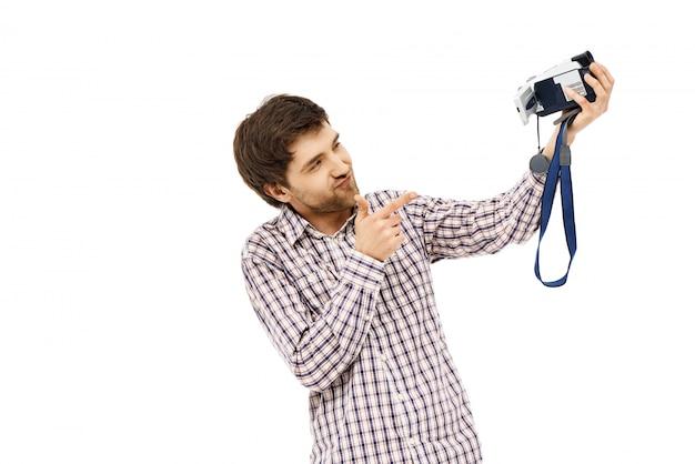 Vrolijke man opnemen zichzelf op video, wijsvinger