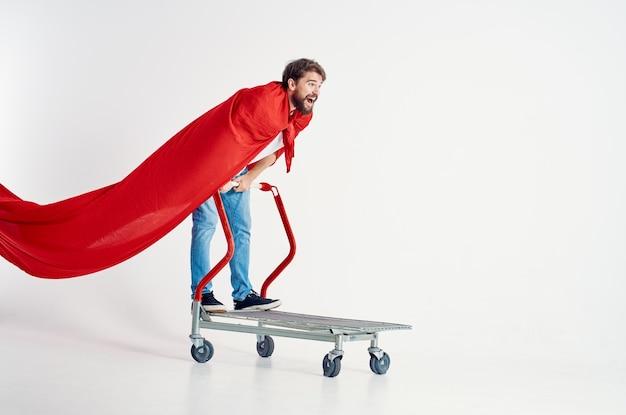 Vrolijke man rijdt op een kar entertainment lichte achtergrond