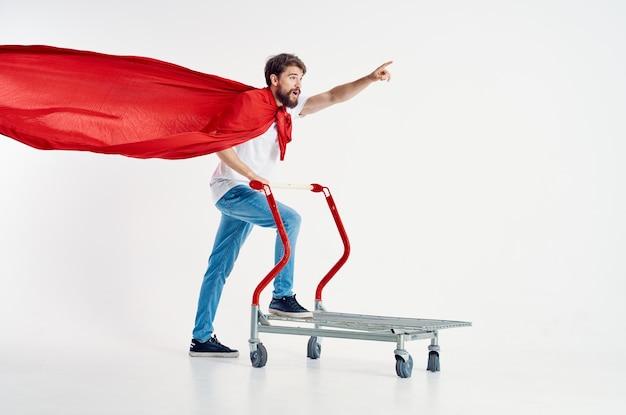 Vrolijke man supermarkt levensstijl leuke lichte achtergrond