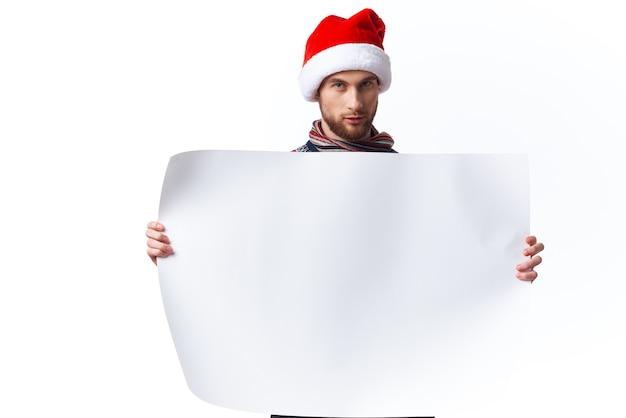 Vrolijke man wit papier billboard reclame copyspace studio