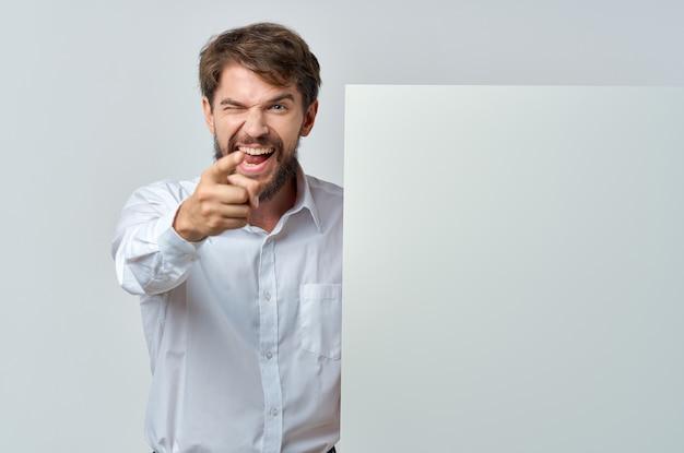 Vrolijke man wit papier in de handen van marketing geïsoleerde achtergrond