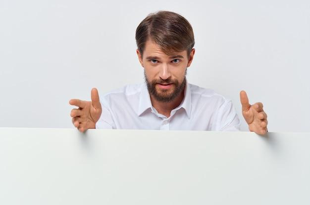 Vrolijke man witte banner in de hand blanco blad presentatie geïsoleerde achtergrond. hoge kwaliteit foto