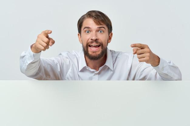 Vrolijke man witte banner in de hand blanco blad presentatie geïsoleerde achtergrond