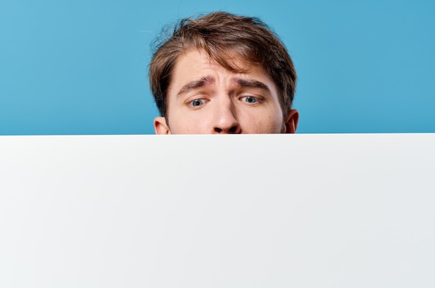 Vrolijke man witte bladpresentatie reclame blauwe achtergrond