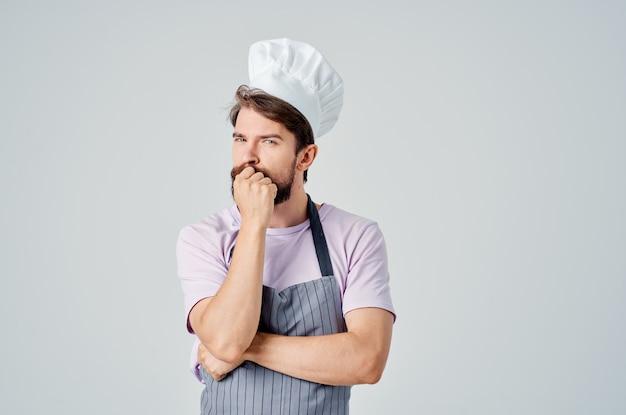 Vrolijke mannelijke chef-kok keukenprofessional die met voedsel werkt