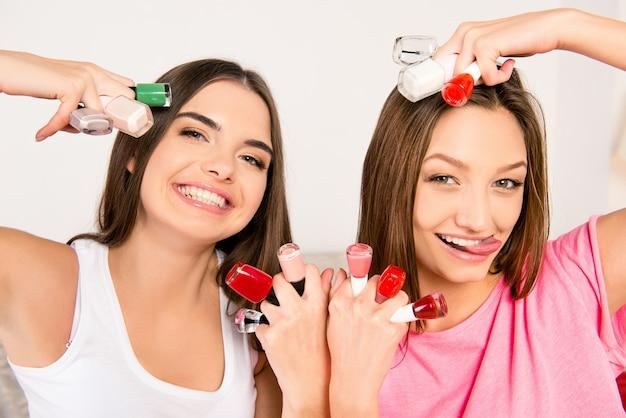 Vrolijke meisjes in pyjama's met nagellakken