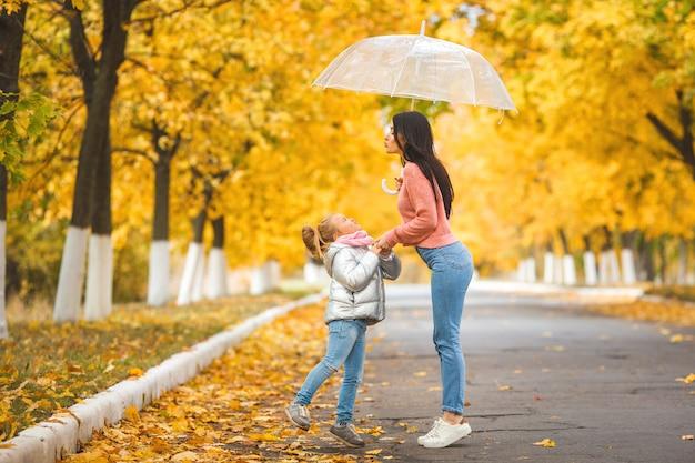 Vrolijke meisjes lopen de herfst park togrther