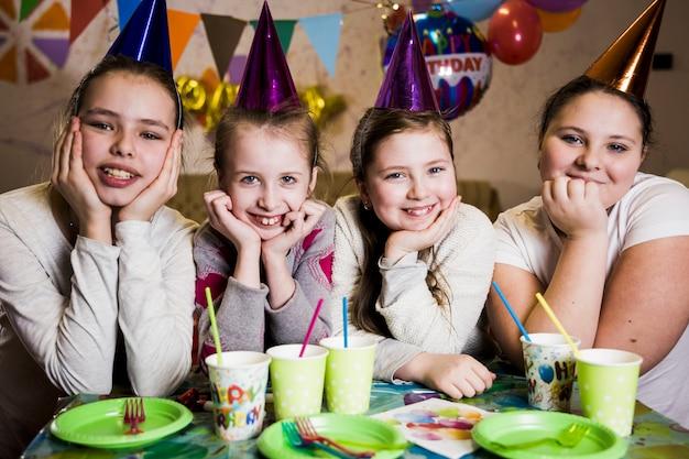 Vrolijke meisjes op verjaardagsfeestje