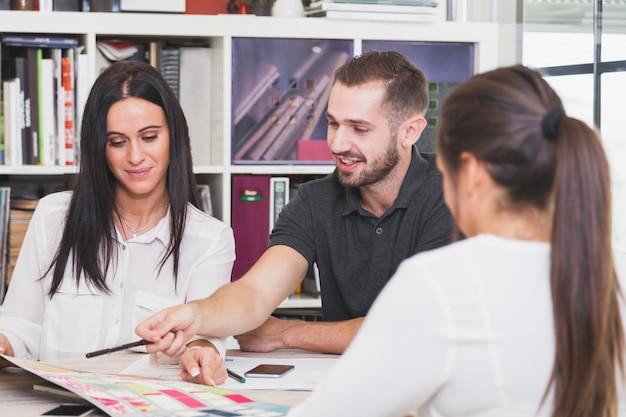 Vrolijke mensen die samenwerken en ontwerpen