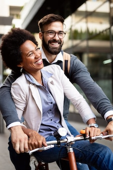 Vrolijke mensen gaan fietsen. gelukkig stel dat plezier heeft in de stad.
