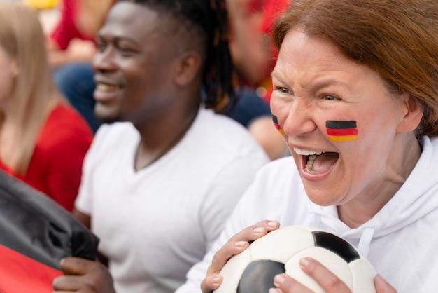 Vrolijke mensen kijken naar een voetbalwedstrijd