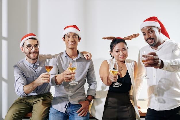 Vrolijke mensen uit het bedrijfsleven vieren kerstmis