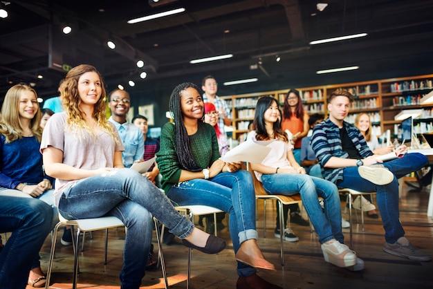Vrolijke middelbare scholieren in een klaslokaal