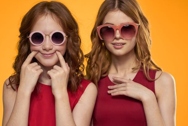 Vrolijke moeder en dochter dragen zonnebril vriendschap levensstijl familie