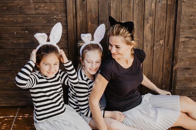Vrolijke moeder en dochters in hoofdbanden