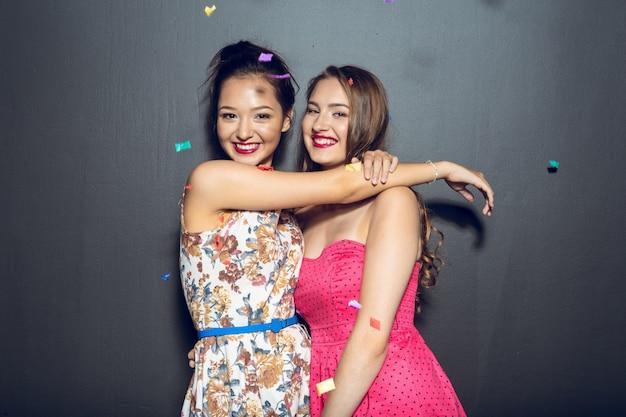 Vrolijke mooie jonge vrouwen die partij hebben