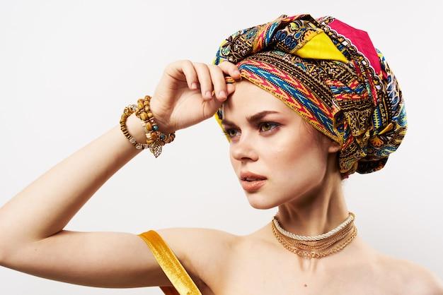Vrolijke mooie vrouw in veelkleurige tulband afrikaanse stijl en mode poseren