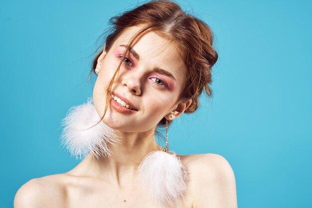 Vrolijke mooie vrouw met lichte make-up hoofddecoratie poseren
