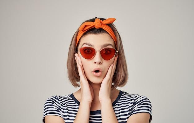 Vrolijke mooie vrouw met oranje hoofdband rode rok leuk