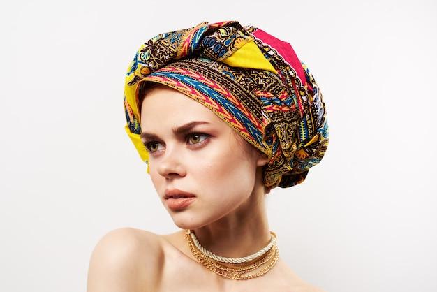 Vrolijke mooie vrouw veelkleurige tulband afrikaanse stijl close-up