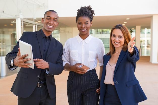 Vrolijke multi-etnische managers die bedrijfsbenaderingen bespreken