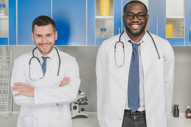 Vrolijke multiraciale artsen in het ziekenhuis