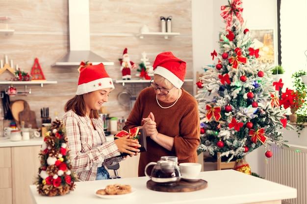 Vrolijke oma en nichtje genieten van kerstviering