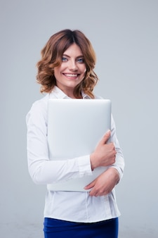 Vrolijke onderneemster die zich met laptop bevindt
