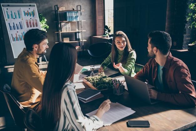 Vrolijke ondernemers verzamelen praten over salaris financiële ontwikkeling groei analyseren gegevens informatie marktonderzoek